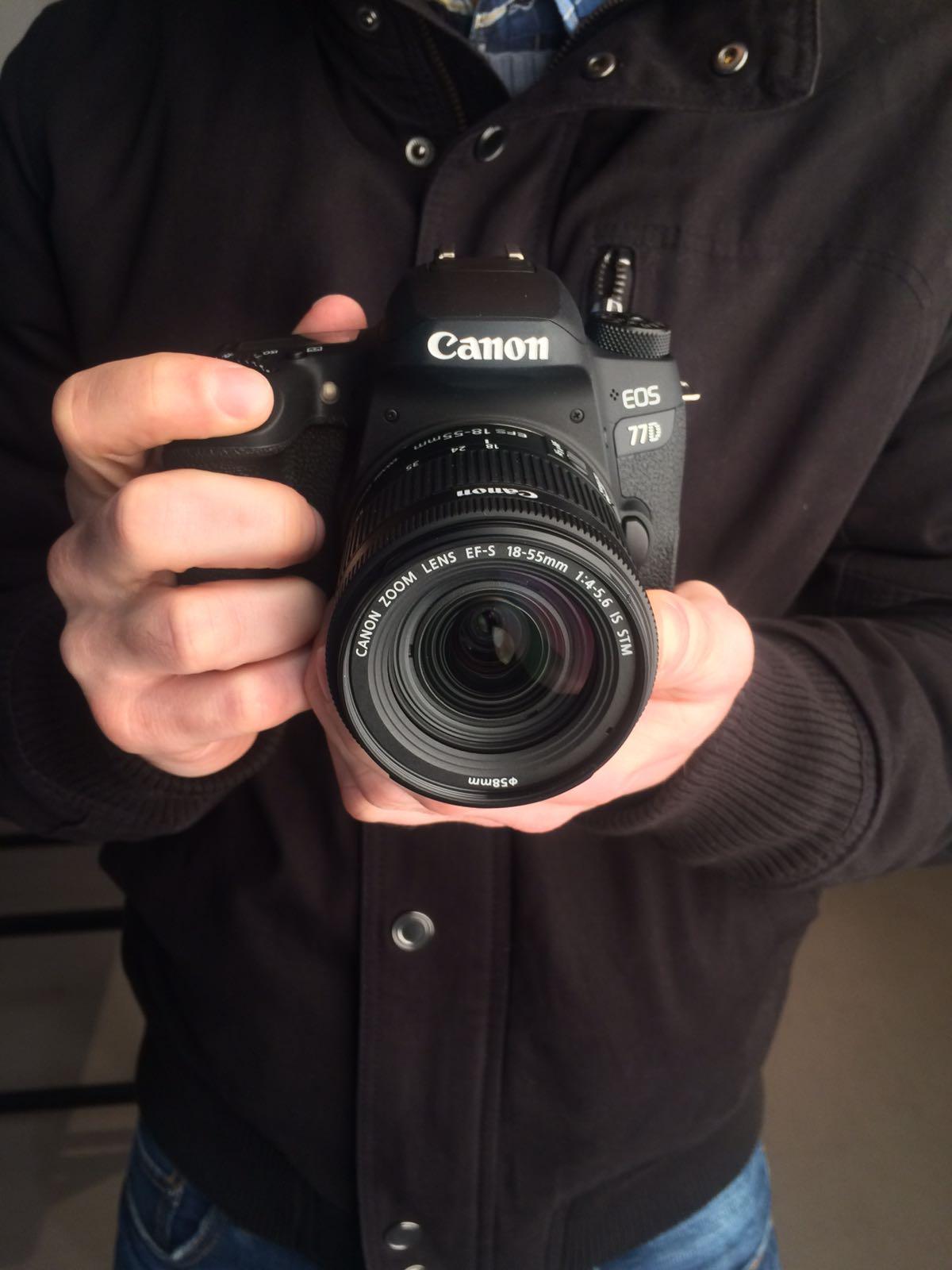 zrcadlovka-canon-eos-77D-v-ruce