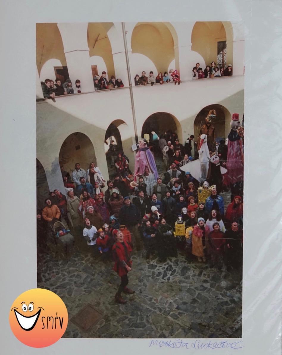 """Markéta Luskačová, Roztočský masopust 2004, Roztoky, z cyklu """" O smrti, o koních a jiných lidech"""", minimální příspěvek: 2500 Kč"""