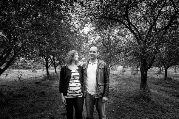 párové focení, těhulka, rande, focení, dendrologická zahrada, fotograf, mezi stromy, focení v přírodě, Praha a okolí, zamilované, páry, dvojce, průhonice, jakub, hana, krenek, BW, černobílé fotky