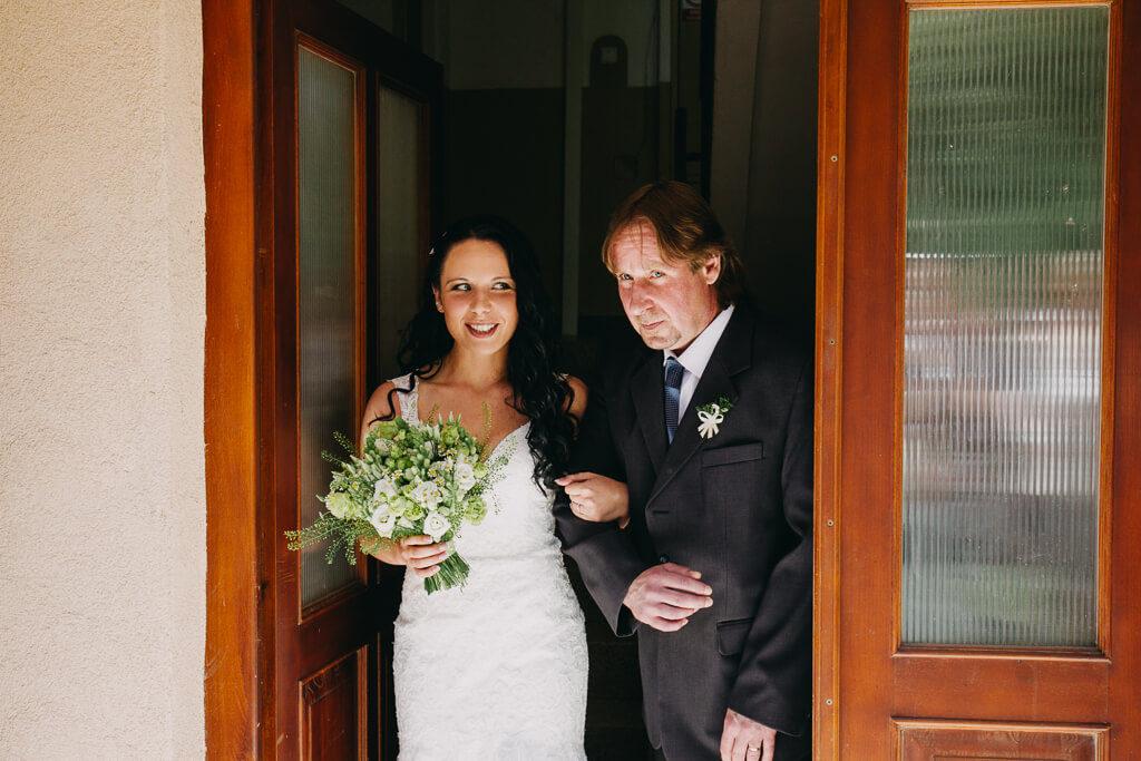 otec a nevěsta, svatba, fotograf, svatební, krenek, chotěboř, svatba na louce, pod stromy, dokonalá svatba, 2018, havlíčkův brod, na vysočině, pod širým nebem, rocková svatba,