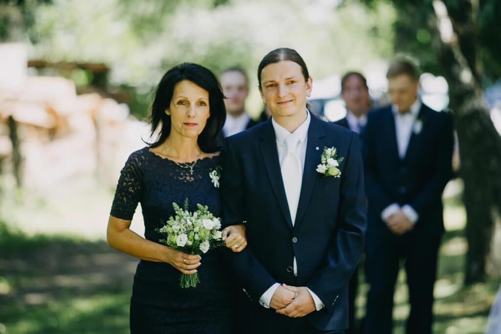 maminka a ženich, svatba, fotograf, svatební, krenek, chotěboř, svatba na louce, pod stromy, dokonalá svatba, 2018, havlíčkův brod, na vysočině, pod širým nebem, rocková svatba,