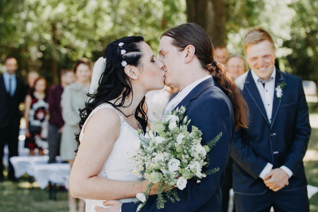 manželský polibek, svatba, fotograf, svatební, krenek, chotěboř, svatba na louce, pod stromy, dokonalá svatba, 2018, havlíčkův brod, na vysočině, pod širým nebem, rocková svatba,