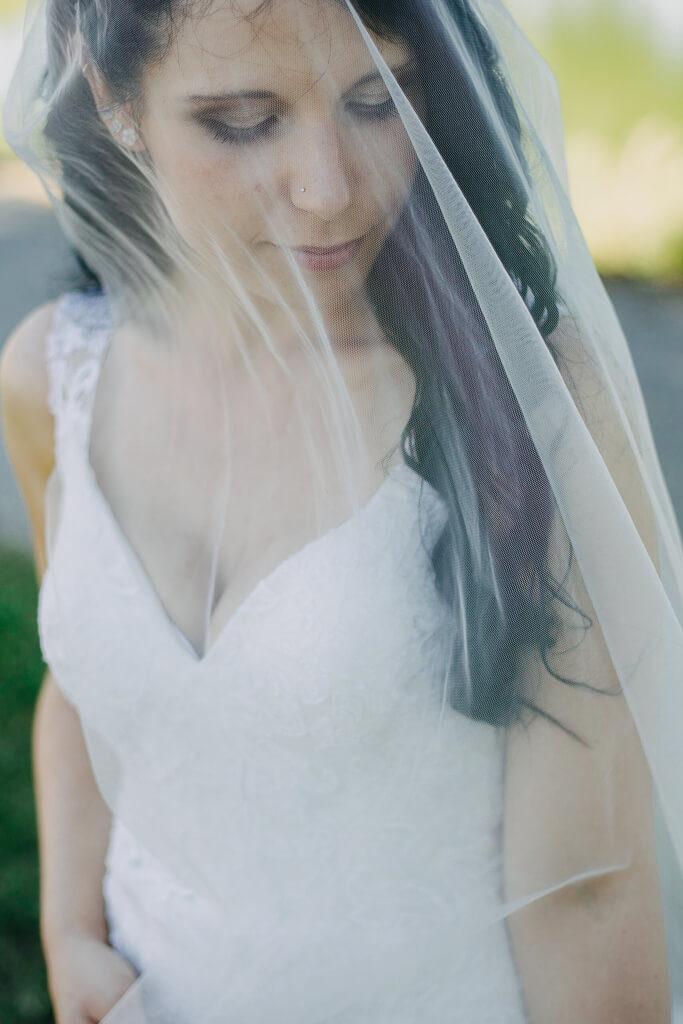nevěsta, závoj, svatba, fotograf, svatební, krenek, chotěboř, svatba na louce, pod stromy, dokonalá svatba, 2018, havlíčkův brod, na vysočině, pod širým nebem, rocková svatba,