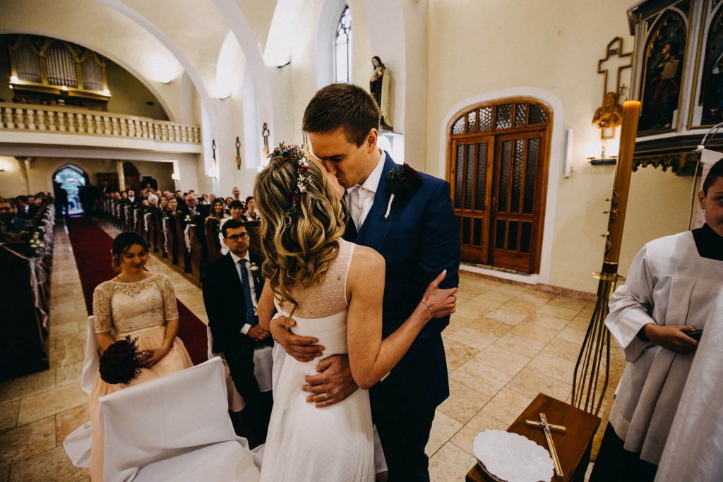 svatební polibek,v kostele, svatba, banska bystrica, slovensko, fotograf, kupele sliac, wedding, krenek , destination wedding photographer 2020, slovakia, bratislava, jano, veronika, svatba na slovensku