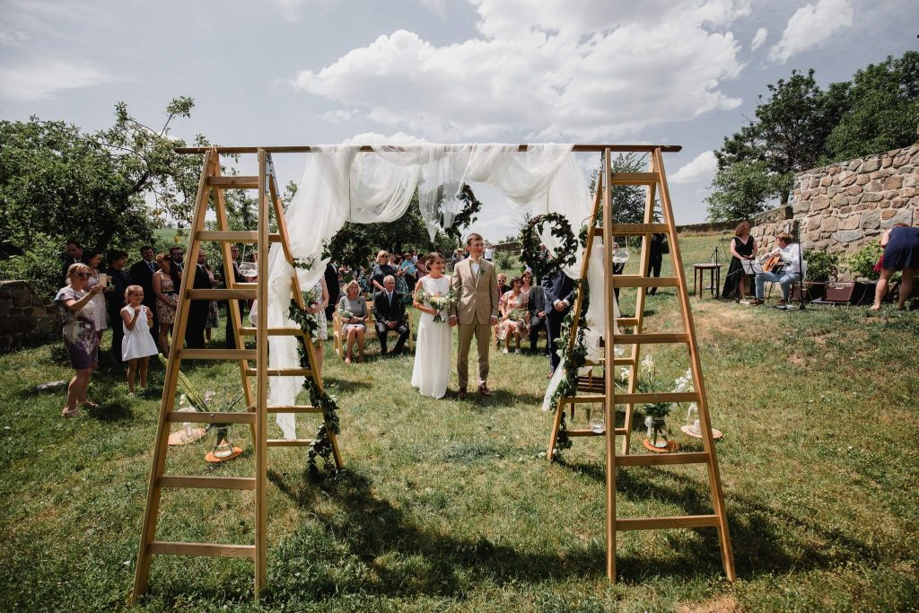 svatební brána, snadno, levně, v přírodě, svatba, červen, statek, nalžovice, stodola, farma, příroda, svatebmní foto, sedlčany, dokonalé , krásné , perfektní,