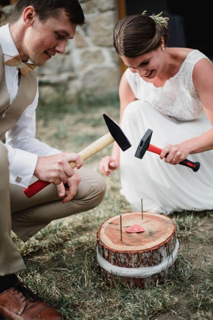 zatloukání hřebíků, v přírodě, svatba, červen, statek, nalžovice, stodola, farma, příroda, svatebmní foto, sedlčany, dokonalé ,krásné , perfektní,