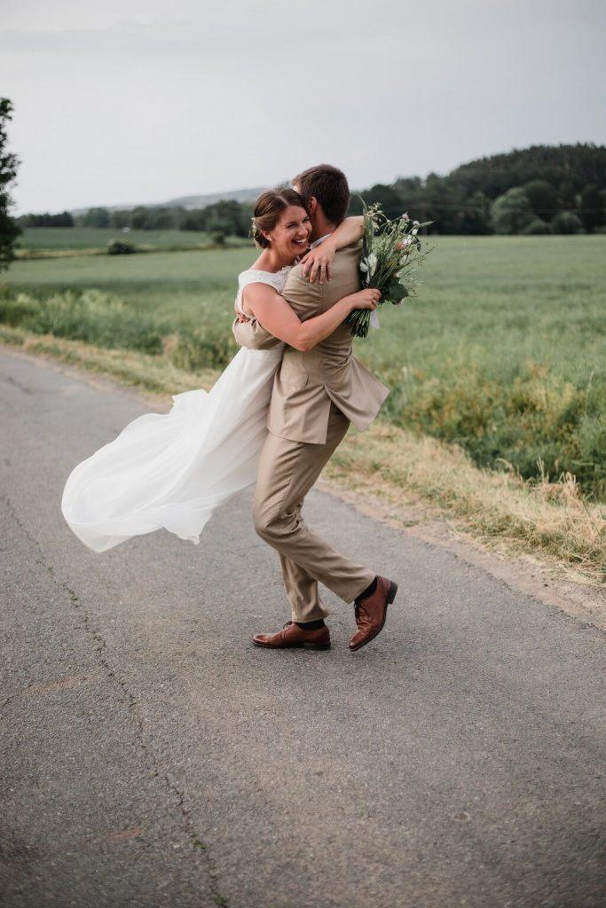 ve vzduchu, v přírodě, svatba, červen, statek, nalžovice, stodola, farma, příroda, svatebmní foto, sedlčany, dokonalé , krásné , perfektní,