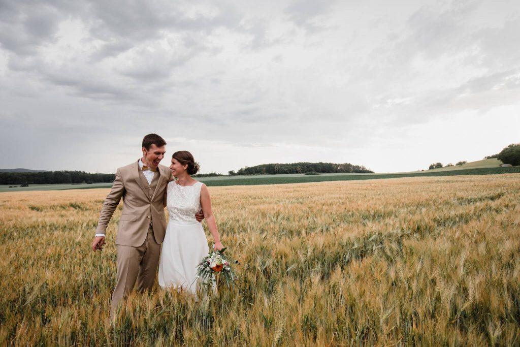 v poli, v přírodě, svatba, červen, statek, nalžovice, stodola, farma, příroda, svatebmní foto, sedlčany, dokonalé , krásné , perfektní,
