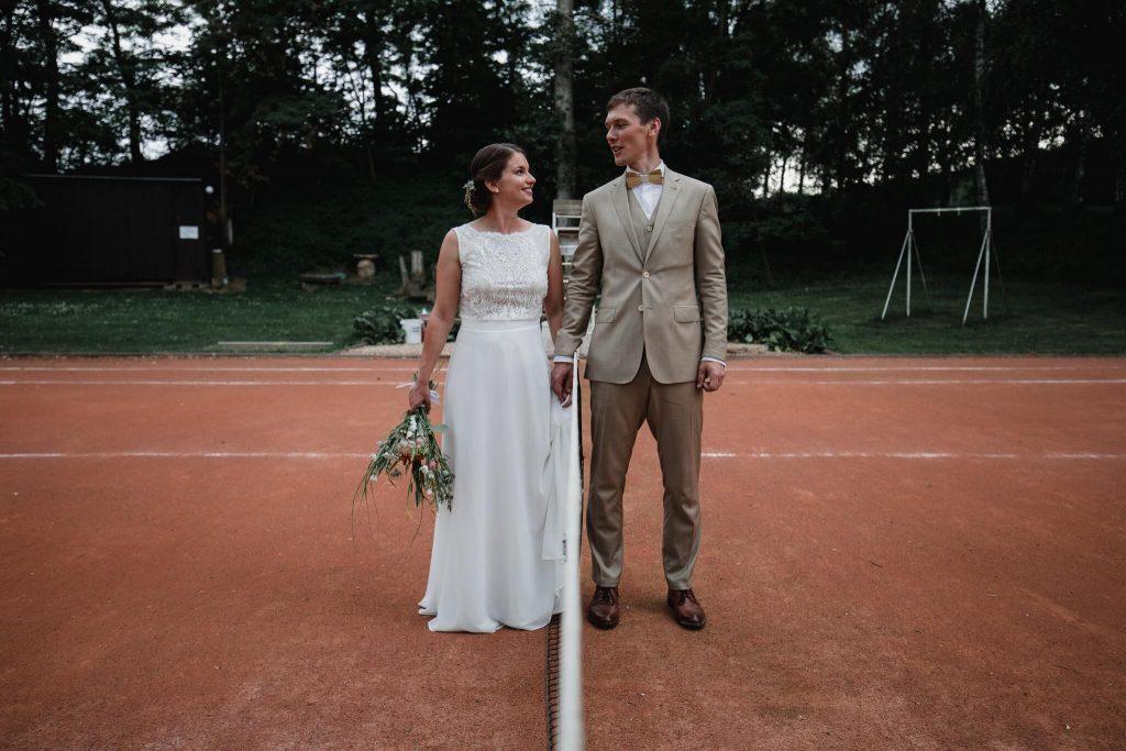 na tenisovém kurtu, v přírodě, svatba, červen, statek, nalžovice, stodola, farma, příroda, svatebmní foto, sedlčany, dokonalé , krásné , perfektní,
