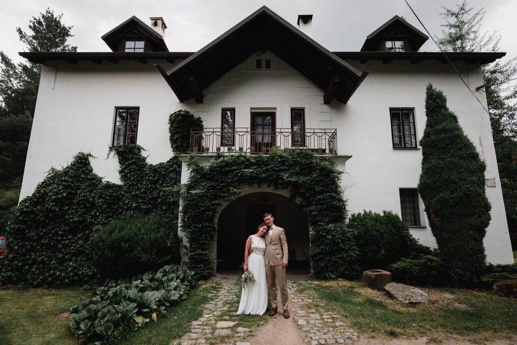 portrétní foto, v přírodě, svatba, červen, statek, nalžovice, stodola, farma, příroda, svatebmní foto, sedlčany, dokonalé , krásné , perfektní,