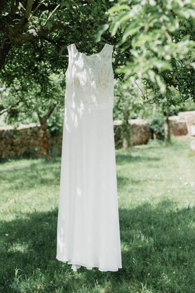 svatební šaty, v přírodě, svatba, červen, statek, nalžovice, stodola, farma, příroda, svatebmní foto, sedlčany, dokonalé , krásné , perfektní,