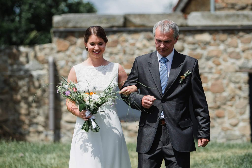 otec vede nevěstu, v přírodě, svatba, červen, statek, nalžovice, stodola, farma, příroda, svatebmní foto, sedlčany, dokonalé , krásné , perfektní,