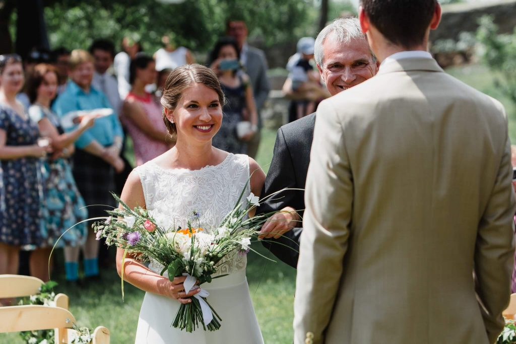 first look, v přírodě, svatba, červen, statek, nalžovice, stodola, farma, příroda, svatebmní foto, sedlčany, dokonalé , krásné , perfektní,