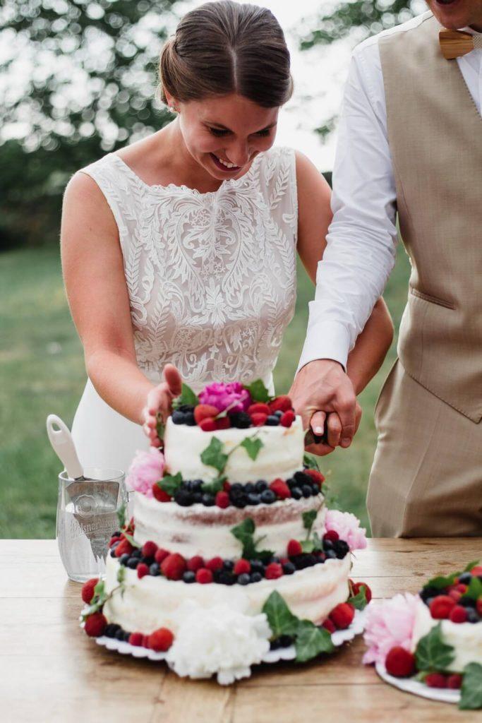 krájení dortu, v přírodě, svatba, červen, statek, nalžovice, stodola, farma, příroda, svatebmní foto, sedlčany, dokonalé , krásné , perfektní,