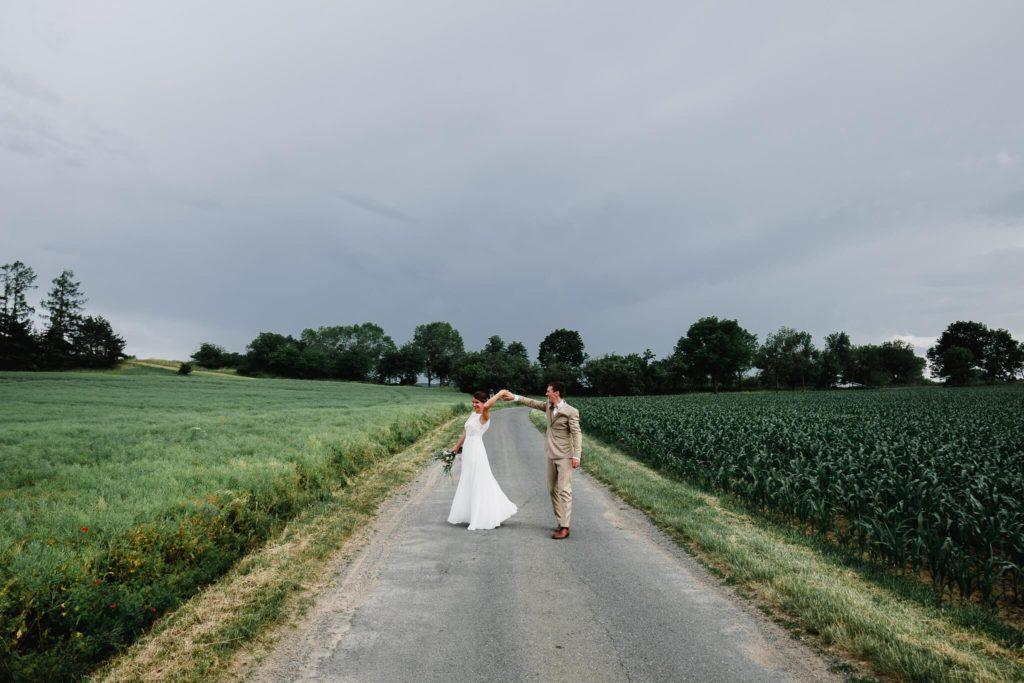 tanec, v přírodě, svatba, červen, statek, nalžovice, stodola, farma, příroda, svatebmní foto, sedlčany, dokonalé , krásné , perfektní,