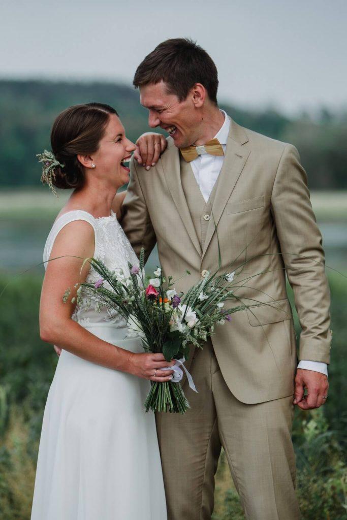 smích na svatbě, v přírodě, svatba, červen, statek, nalžovice, stodola, farma, příroda, svatebmní foto, sedlčany, dokonalé , krásné , perfektní,