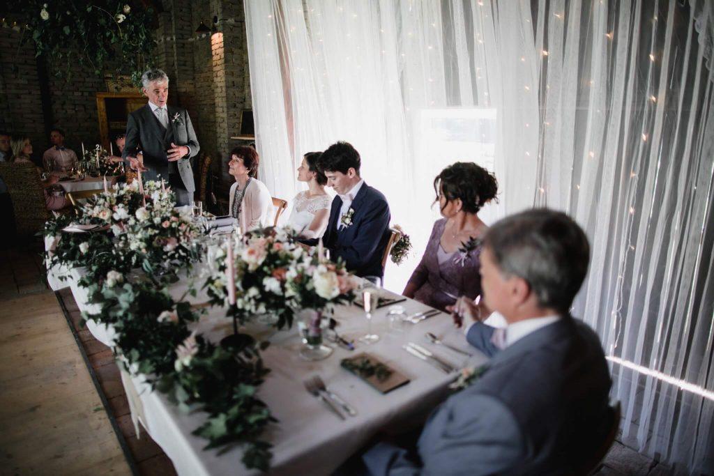 přípitek, dokonalá svatba, perfektní , svatba, stodola, beroun, skřípel, střední čechy, na jednom místě, přírodní, boho , boho styl, svatební fotograf beroun, křenek