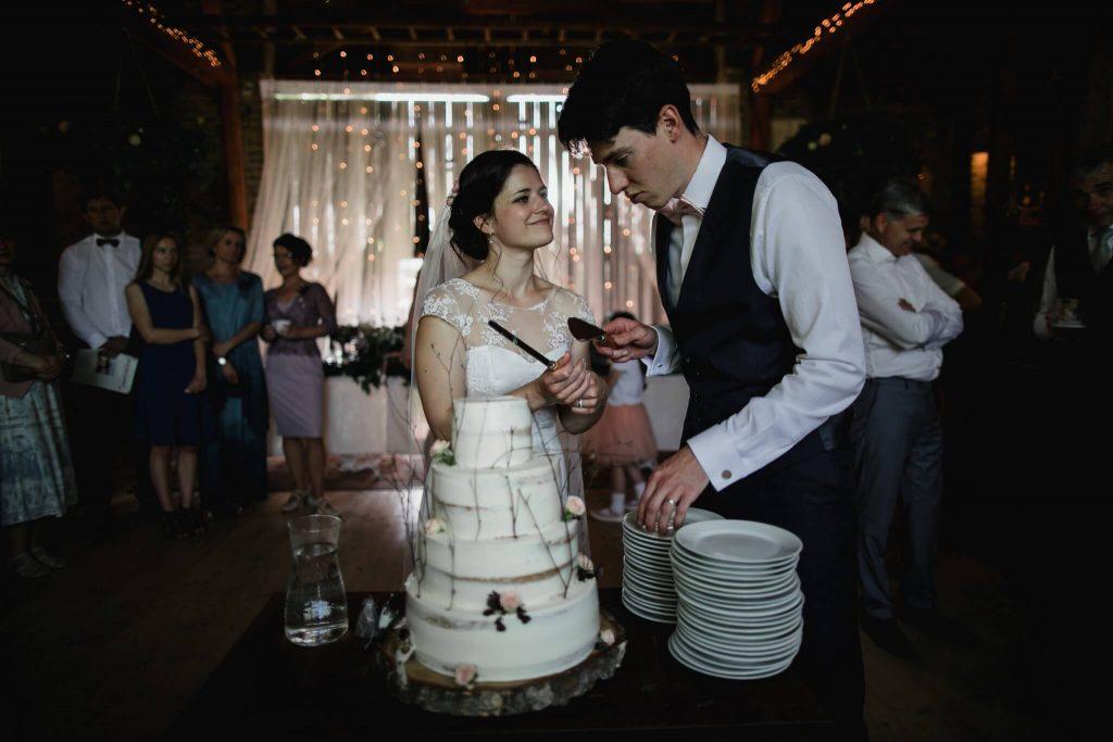 krájení dortu,dokonalá svatba, perfektní , svatba, stodola, beroun, skřípel, střední čechy, na jednom místě, přírodní, boho , boho styl, svatební fotograf beroun, křenek