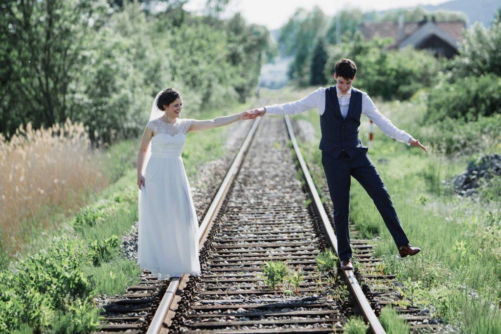 na kolejích, dokonalá svatba, perfektní , svatba, stodola, beroun, skřípel, střední čechy, na jednom místě, přírodní, boho , boho styl, svatební fotograf beroun, křenek