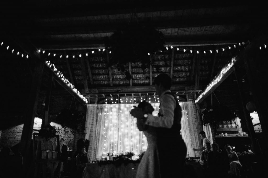 první tanec, dokonalá svatba, perfektní , svatba, stodola, beroun, skřípel, střední čechy, na jednom místě, přírodní, boho , boho styl, svatební fotograf beroun, křenek