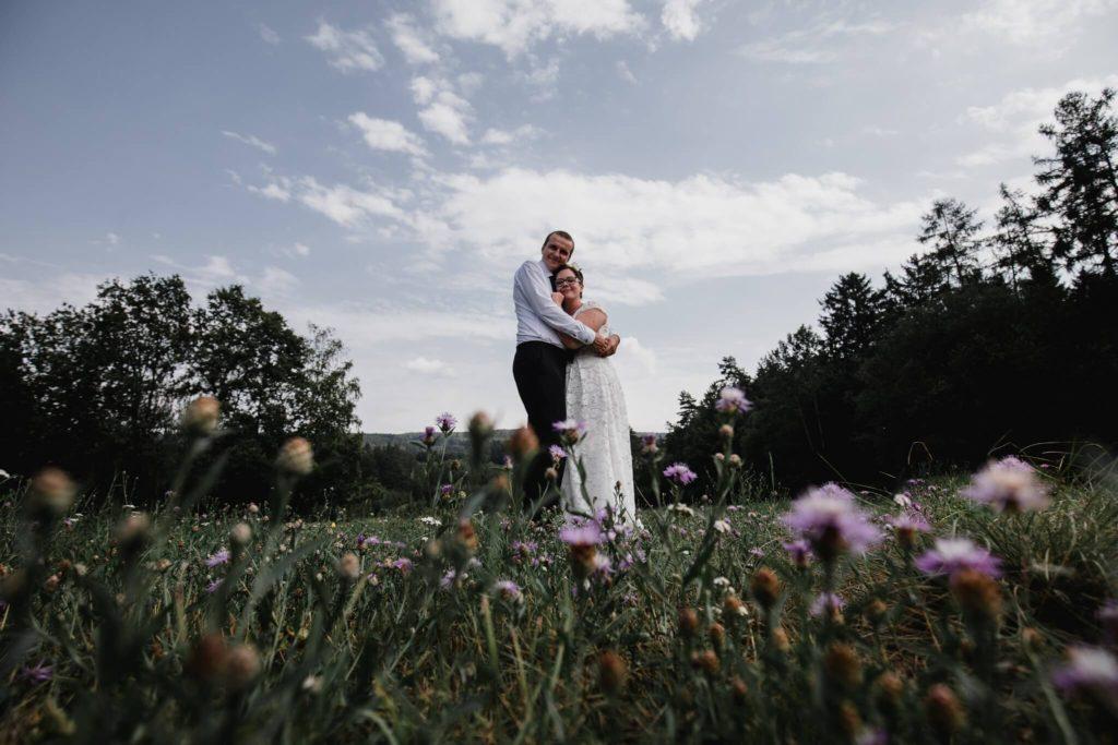 v přírodě, na louce,,svatební fotograf, pardubice, bačalský mlýn, chrudim, párové fotky, svatba,