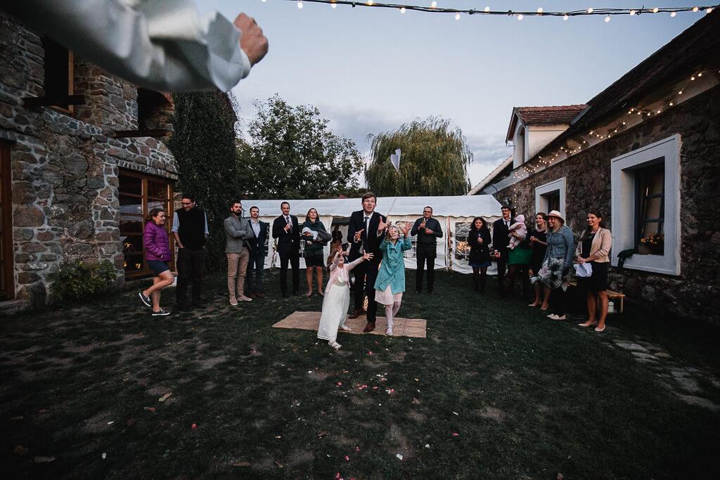 mlýn příčovy, podzímní svatba, svatební fotograf, svatba na statku, nejlepší nejlevnější svatební fotograf, dobrý,svatební fotograf, nalžovice, střední čechy, obřad večer, svatba venku