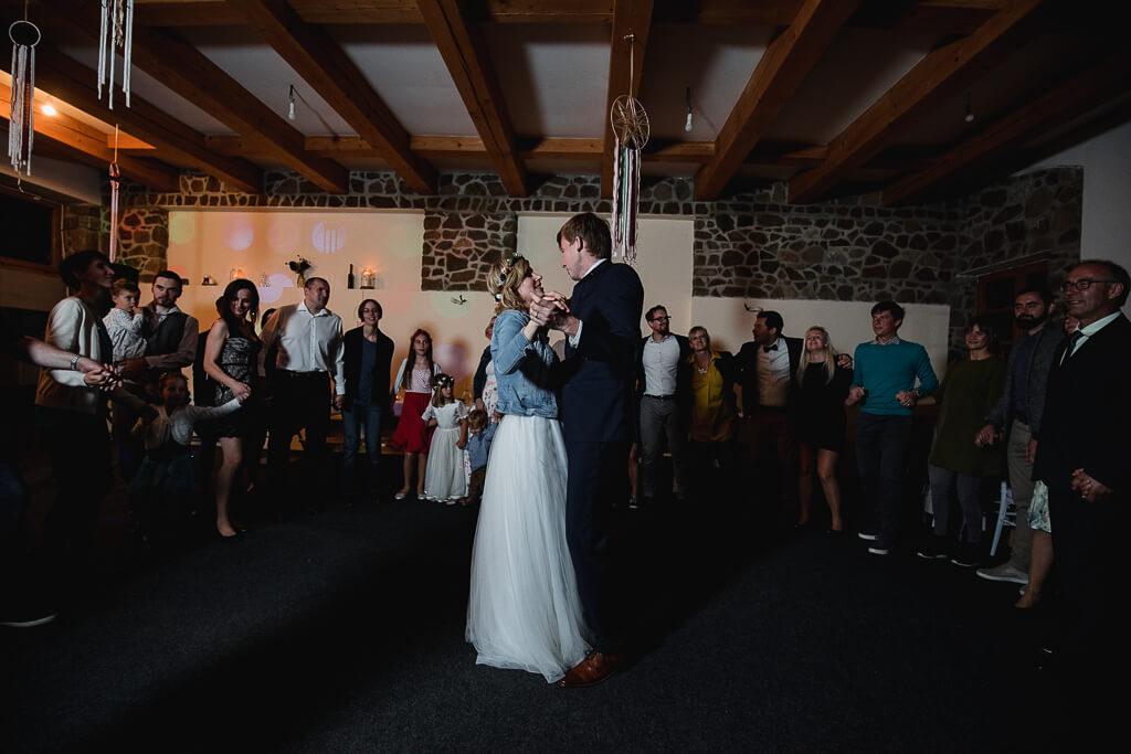 první tanec, mlýn příčovy, podzímní svatba, svatební fotograf, svatba na statku, nejlepší nejlevnější svatební fotograf, dobrý,svatební fotograf, nalžovice, střední čechy, obřad večer, svatba venku