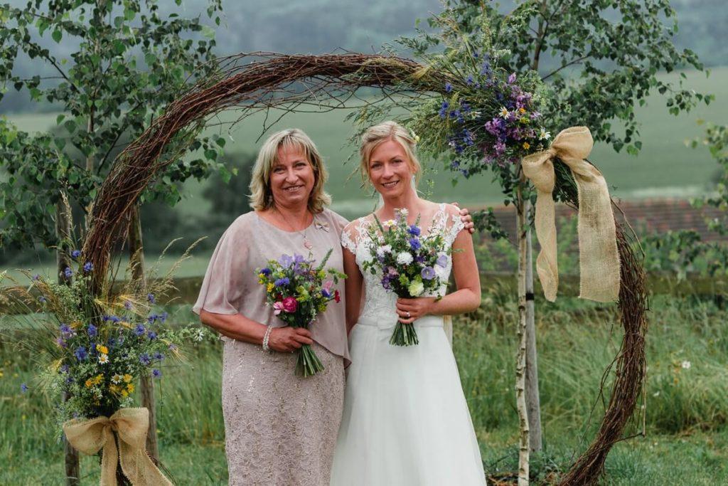 nevěsta s maminkou, svatba, organic, farm soběsuky, farma soběsuky, svatba na farmě, domažlicko, plzeňsko, svatební fotograf