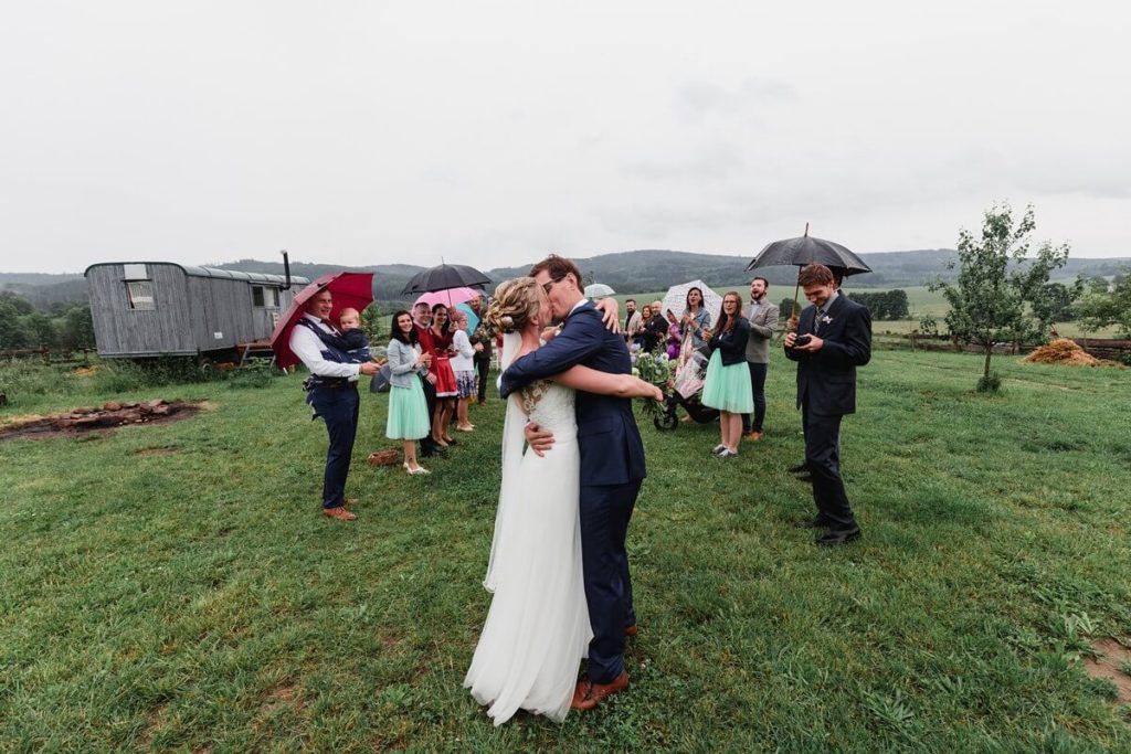 první polibek, svatba, organic, farm soběsuky, farma soběsuky, svatba na farmě, domažlicko, plzeňsko, svatební fotograf