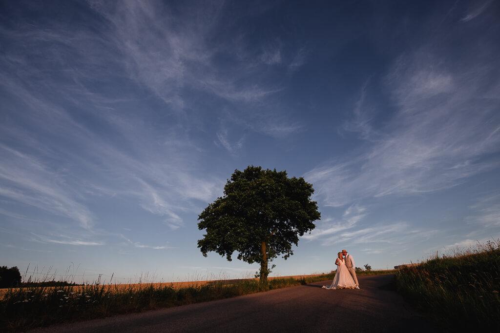 západ, svatba na statku, farma blaník, pohodová svatba, 2020, křenek michal, svatební fotograf, svatba, boho,