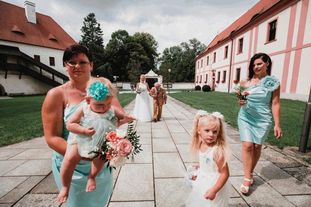 s dědečkem, svatba, milevsko, , klášter, vesnická svatba, dražka, svatební fotograf nej, krenek,