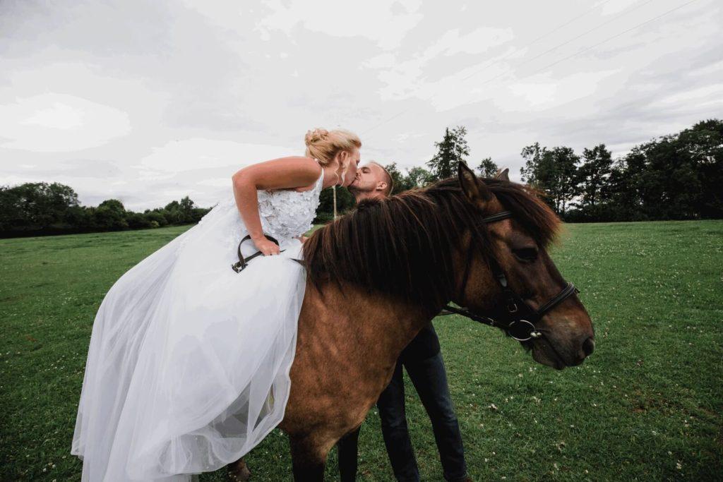 láska v sedle, svatba, milevsko, , klášter, vesnická svatba, dražka, svatební fotograf nej, krenek,