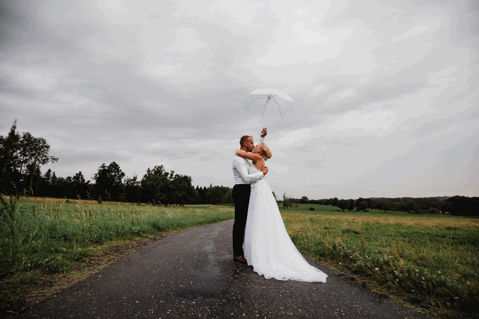 svatba v dešti, déšť, svatba, milevsko, , klášter, vesnická svatba, dražka, svatební fotograf nej, krenek,