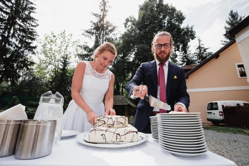 krájení dortu, svatba na břevnově, klášter břevnov, pohodová svatba, 2020, křenek michal, svatební fotograf, svatba, boho,