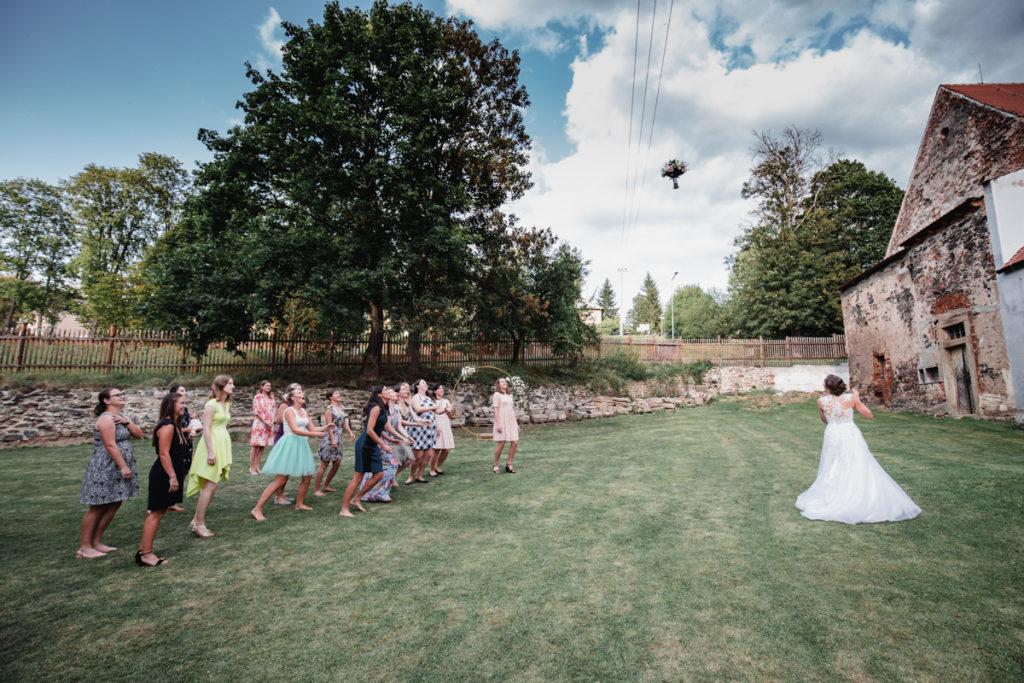 svatba plasy, klaster, letiště , aeroklub, svatba na letiši, křenek, svatební fotograf, svatba podzim, tatra, házení kytice